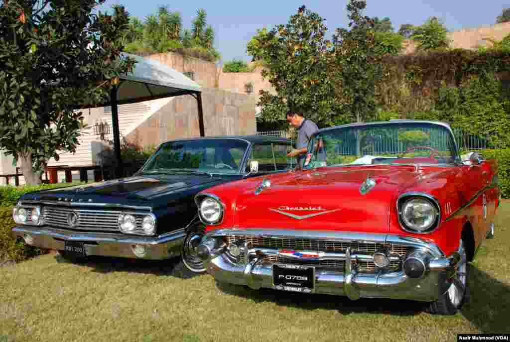 """وفاقی دارالحکومت اسلام آباد میں """"ونٹیج اینڈ کلاسک کار کلب آف پاکستان"""" پرانی اور منفرد گاڑیاں کو نمائش کے لیے پیش کیا۔"""