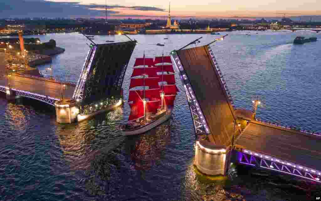 ទូកក្បូនមួយជិះកាន់ស្ពានបើកមួយលើទន្លេ Neva អំឡុងពេលហាត់សមសម្រាប់ពិធីបុណ្យ Scarlet Sails ដែលនឹងធ្វើឡើងនៅថ្ងៃទី២៤ ខែមិថុនាខាងមុខ នៅក្រុង St. Petersburg ប្រទេសរុស្ស៊ី។