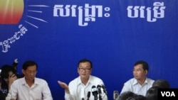 Cambodia National Rescue Party leader Sam Rainsy (middle) talks during a press conference on Thursday, August 29, 2013.