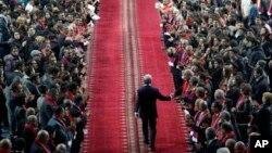 Сторонники приветствуют Сержа Саргсяна на предвыбороном митинге.
