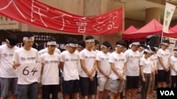 """香港学联成员在铜锣湾时代广场完成""""八九六四""""绝食"""