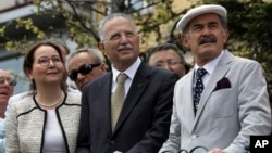 Turkey's main opposition candidate in the upcoming presidential election Ekmeleddin Ihsanoglu (center) flanked by Eskisehir mayor Yilmaz Buyukersen, right, and lawmaker Ruhsar Demirel visits Eskisehir, Aug. 5, 2014.