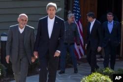 """Ngoại trưởng Mỹ John Kerry và Tổng thống Afghanistan Ashraf Ghani tại trại David, ngày 23/3/2015. Ông Kerry nói Tổng thống Afghanistan Ashraf Ghani đã có những """"bước lớn"""" để giao tiếp với Hoa Kỳ."""