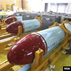 "Foto yang dirilis oleh Kementerian Pertahanan Iran menunjukkan misil buatan Iran, ""Nasr 1"" (Kemenangan). Israel memperkirakan Iran masih jauh dari kemampuan memproduksi senjata nuklir."
