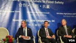 美贸易代表弗罗曼(左)、中国副总理汪洋(中)与美农业部长维尔萨克出席美中农业食品伙伴关系研讨会(2016年11月22日,美国之音莉雅拍摄)