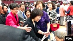在2019年10月12日于尔湾南海岸中华文化中心举行的读者见面会上龙应台女士走下讲台问候一名年长粉丝