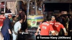 Petugas medis mengevakuasi korban pasca ledakan di pasar di Parachinar, Pakistan barat-laut Minggu (13/12).