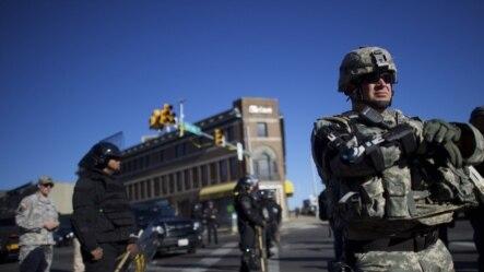 美国东部城市巴尔的摩部分城区部署了国民警卫队,执行宵禁。