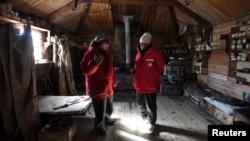 존 케리(오른쪽) 미 국무장관이 11일 남극에 있는 '쉐클턴 오두막'을 방문, 동행한 스콧 보그 국립과학재단 극지방 프로그램 국장과 대화하고 있다. 쉐클턴 오두막은 아일랜드 출신 탐험가 어니스트 쉐클턴의 자취가 남아있는 곳이다.
