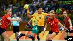 Ana Paula Belo du Brésil, au centre, marque un but au cours du match des préliminaires du handball féminin entre la Norvège et le Brésil aux Jeux olympiques de 2016 à Rio de Janeiro, au Brésil, 6 août 2016.