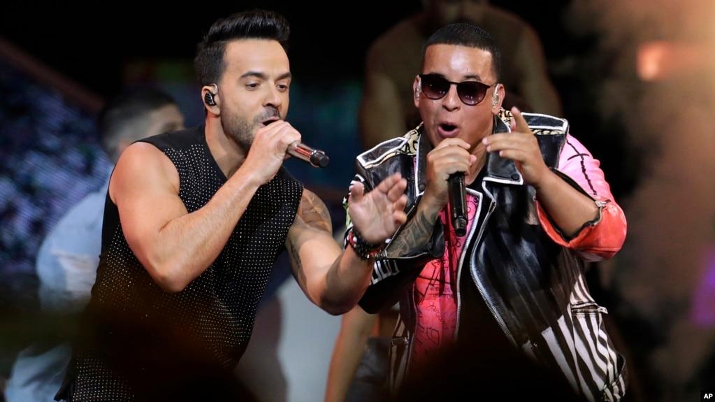 """Luis Fonsi (izquierda) y Daddy Yankee actuaron en la entrega de premios Latin Billboard Awards en Coral Gables, Florida, EE.UU. el 27 de abril de 2017 donde interpretaron """"Despacito""""."""