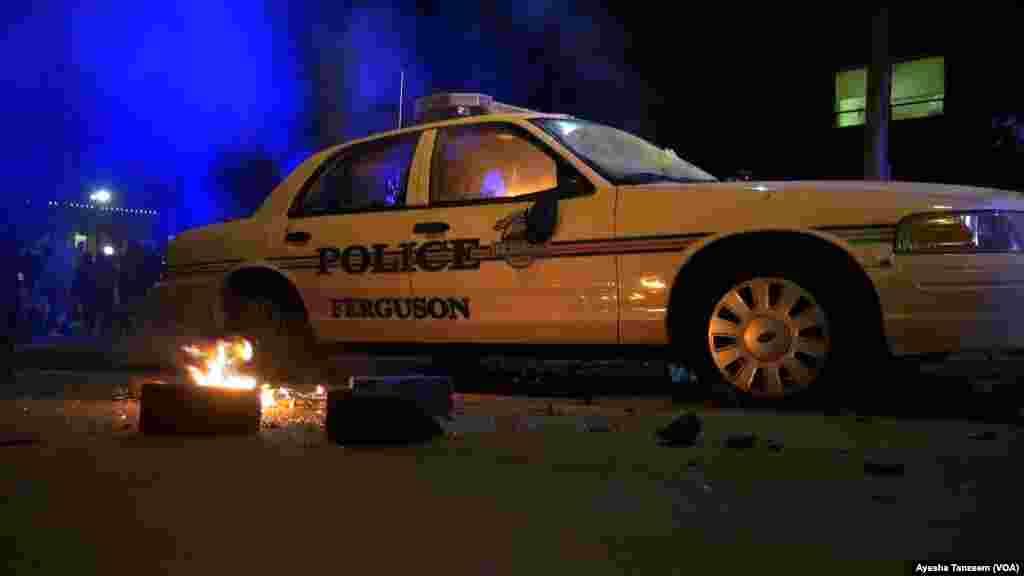 Este vehículo fue quemado frente a la alcadía de Ferguson.