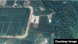 구글 어스에 공개된 '국립우주연구원(CNES)'과 '에어버스'가 촬영한 8월27일자 신포 조선소 일대 위성사진. 잠수함발사탄도미사일(SLBM) 사출 시험대(원 안)가 그대로 있는 모습이 보인다. 사진제공=CNES/Airbus (via Google Earth)