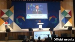 홍용표 한국 통일부 장관이 지난 13일 숭실대에서 열린 2015 세계 북한학 학술대회에서 환영사를 하고 있다. 사진 출처 = 한국 통일부 웹사이트.