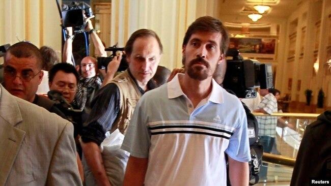 Gazetari amerikan James Foley (djathtas)