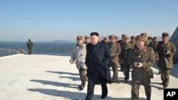 ေျမာက္ကိုရီးယားေခါင္းေဆာင္ Kim Jong Un ႏိုင္ငံ အေနာက္ေတာင္ပိုင္းက စစ္ေရးေလ့က်င့္မႈတခုကို သြားေရာက္ၾကည့္႐ႈစဥ္။ (မတ္လ ၁၄ ရက္၊ ၂၀၁၃)။