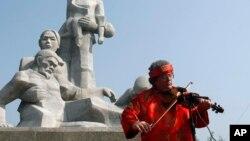Một cựu chiến binh Mỹ chơi đàn violin trong một lễ tưởng niệm cuộc thảm sát ở Mỹ Lai, Quảng Ngãi. Gần 500 thường dân của khu làng này đã bị giết hại trong cuộc thảm sát.