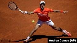 Novak Đoković u meču trećeg kola Mastersa u Madridu protiv Žeremija Šardija iz Francuske (Foto: AP/Andrea Comas)