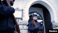 Polisi Perancis melakukan penjagaan di sebuah masjid di Paris (foto: dok). Polisi melakukan penggeledahan di rumah tersangka teroris di Paris