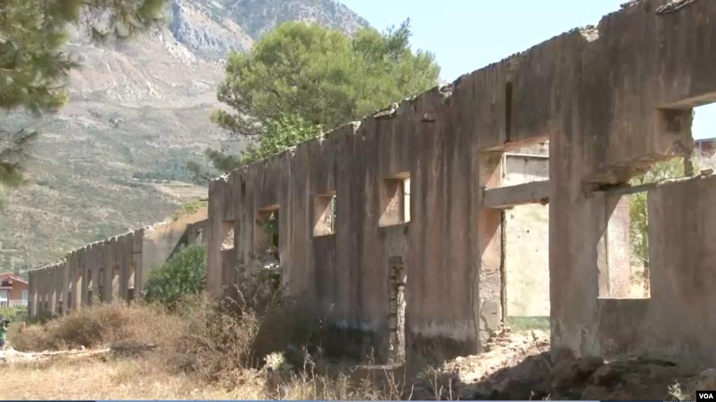 Kujtohen viktimat e kampit famëkeq të internimeve në Tepelenë