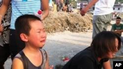 """新浪网友簡光洲微博圖片 D301次動車司机潘一恒儿子在事故現場哭喊""""爸爸,和我回家。"""""""