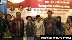 Mantan Presiden BJ Habibie dan Megawati Sukarnoputri berfoto bersama dalam dialog kebangsaan Lembaga Ilmu Pengetahuan (Indonesia Kamis 15 Agustus (foto: VOA/Andylala Waluyo)