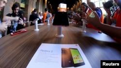 Điện thoại thông minh Redmi 2 của Xiaomi được trưng bày với báo giới trong buổi ra mắt ở Sao Paulo, Brazil, 30/6/2015.