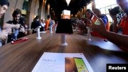 រូបថតឯកសារ៖ ទូរស័ព្ទស្មាតហ្វូនពីរគ្រឿងរបស់ក្រុមហ៊ុន Xiaomi ត្រូវបានដាក់តាំងបង្ហាញនៅក្នុងទីក្រុង Sao Paulo ប្រទេសប្រស៊ីលកាលពីមិថុនា ឆ្នាំ២០១៥។
