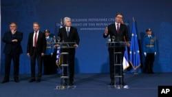 Predsednik Srbije Aleksandar Vučić, napred desno, govori tokom zajedničke konferencije za štampu sa članovima tročlanog Predsedništva BiH Draganom Čovićem, napred levo, srpskim članom Predsedništva Mladenom Ivanićem, levo i bošnjačkim članom Predsedništva
