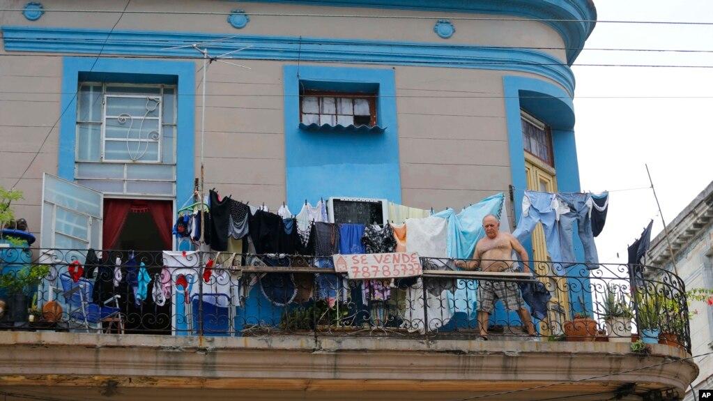 Một người Cuba đứng trên căn hộ của mình ở Havana, 2 tháng Sáu, 2018, trong khi Quốc Hội nước này bắt đầu thảo luận hiến pháp mới.