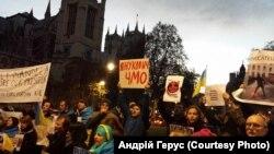 """Про """"кривавого Януковича"""" кричали під вікнами Ахметова у Лондоні. ФОТО"""