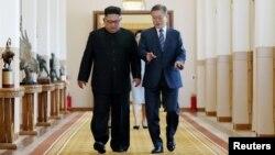 문재인 한국 대통령과 김정은 북한 국무위원장이 지난 9월 평양 백화원 영빈관의 정상회담장으로 걸어가면서 대화를 나누고 있다. 평양사진공동취재단.