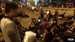 Wakilin Muryar Amurka yana zantawa da wasu cikin masu zanga zanga a Hong Kong