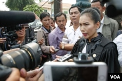 FILE: Meng Sopheary, co-defense attorney of Kem Sokha, talks to reporters in front of Appeal Court after the bail request hearing on February 1st, 2018, Phnom Penh, Cambodia. (Khan Sokummono/VOA Khmer)