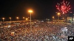 星期一民眾聚集在班加西﹐鳴放焰火慶祝反政府戰鬥人員進入的黎波里