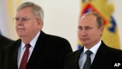 Duta Besar AS untuk Rusia yang baru John Tefft (kiri) bersama Presiden Rusia Vladimir Putin di Moskow, Rusia hari Rabu (19/11).