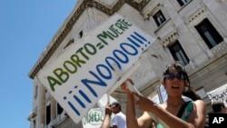 La legislación que despenaliza el aborto en Uruguay tiene dividido al país.