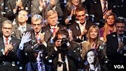 Presiden Argentina Christina Fernandez de Kirchner (kanan depan) di antara tim kampanyenya.