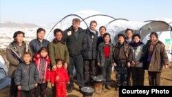 지난 1월 구호품을 전달하기 위해 방북한 앨프 에번스 '셸터박스' 부장(가운데 왼쪽)과 북한 주민들. 셸터박스 제공.