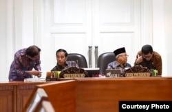 "Presiden Jokowi dan Wapres Ma'ruf Amin berbincang dengan Menteri Agraria Sofyan Djalil dan Menteri Pariwisata Wisnhutama disela-sela Ratas ""Persiapan Pemindahan Ibu Kota Negara Baru"" di kantor Presiden , Jakarta, Senin (16/12) (Foto: Biro Setpres)"