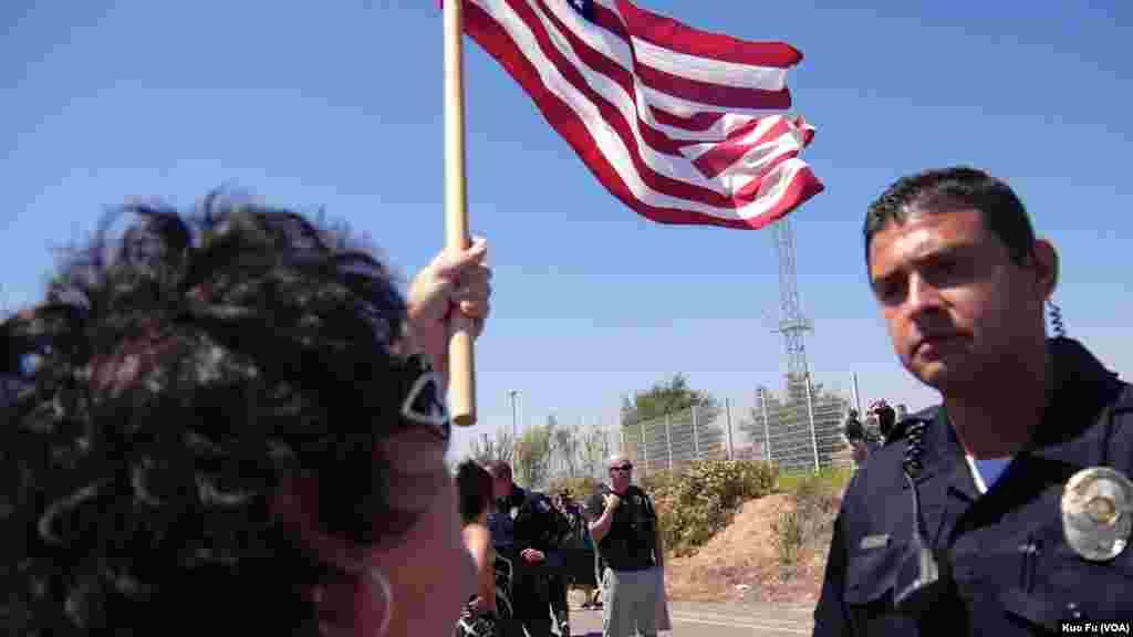 警察平静的和示威者对话(美国之音国符拍摄)