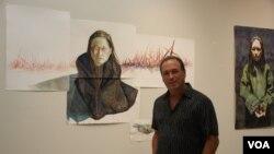 종군위안부 작가로 알려진 스티브 카발로 씨가 뉴저지에서 열린 자신의 전시회에서 작품 옆에 서 있다.