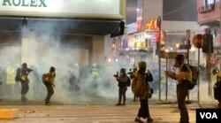 香港警方2020年元旦日凌晨在旺角施放催泪弹驱散街头示威者,香港人在催泪烟中迎接新一年。 (美国之音/汤惠芸)
