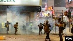 香港警方元旦日凌晨在旺角施放催泪弹驱散街头示威者,香港人在催泪烟中迎接新一年。 (2020年1月1日)