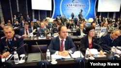 24개국과 3개 국제기구 대표단이 참석한 가운데 30일 서울에서 열린 '2014 서울안보대화(SDD)'개막식에서 각국 참석자들이 정홍원 국무총리의 축사를 듣고 있다.