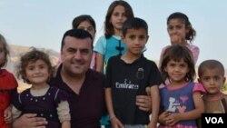 """Dr. Seîd ligel hejmarek zarokên rêxistina """"Buhara Hîvîyan"""" çavdêriya wan dike."""