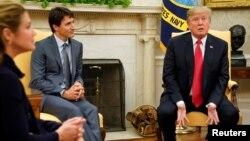 Tổng thống Mỹ Donald Trump (phải) tiếp Thủ tướng Canada Justin Trudeau tại Phòng Bầu Dục trước cuộc gặp bàn về NAFTA ngày 11/10/2017.