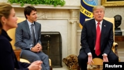 도널드 트럼프 미국 대통령(오른쪽)이 11일 백악관에서 쥐스탱 트뤼도 캐나다 총리와 만난 자리에서 북한 문제에 관해 언급했다.