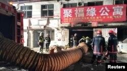 소방관들이 18일 중국 남부 교외 지역인 다싱구의 한 빌라에서 발생한 화재를 진압하고 있다.