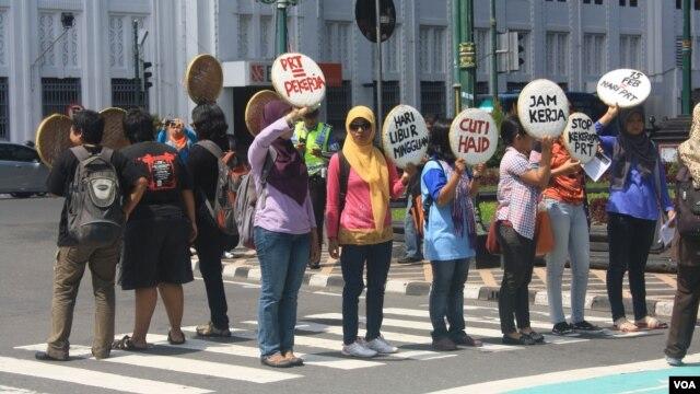 Aksi demo pekerja rumah tangga di Yogyakarta menuntut disahkannya RUU PRT oleh DPR. (VOA/Nurhadi Sucahyo)